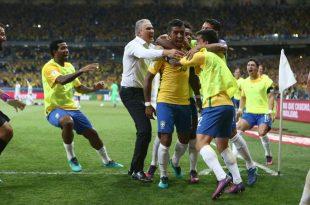 Treinador Tite se junta aos jogadores comemorando um gol e mais uma vitória. (Foto: Lucas Figueiredo/CBF).