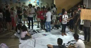 Grupo protesta contra a reorganização das escolas no Estado e também contra a PEC 55 (Foto: Eduardo Rodrigues/Inter TV Cabugi)