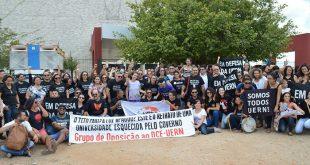Os manifestantes chamam atenção para o fato de o último vencimento do presidente do TJRN ser suficiente para manter uma turma de 30 alunos da Uern por um mês.