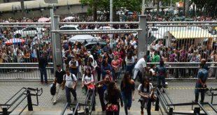 Estudantes chegam à Universidade 9 de Julho (Uninove) para o segundo dia de provas do Exame Nacional do Ensino Médio (Foto: Rovena Rosa/Agência Brasil).