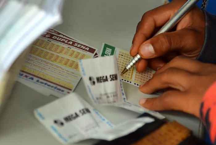 As apostas podem ser feitas até as 19h (horário de Brasília) em qualquer uma das mais de 13 mil casas lotéricas de todo o país. Foto: Wilson Dias/Agência Brasil.