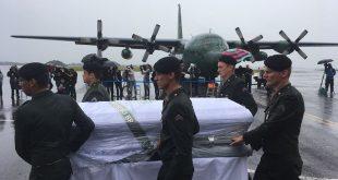 Sob chuva, caixões chegaram ao aeroporto de Chapecó (Foto: Júlio Cavalheiro/SecomSC).