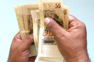 O piso salarial dos docentes é reajustado anualmente, seguindo as regras da Lei 11.738/2008, a chamada Lei do Piso.