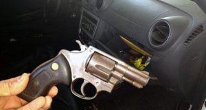 Dupla estava com arma e cinco munições  (Foto: Blog Fim da Linha).