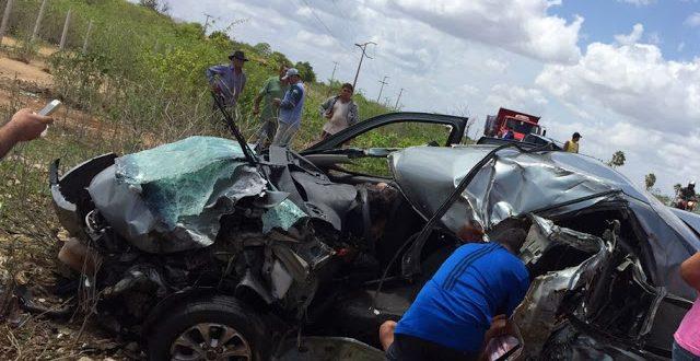Os ocupantes de um dos carros foram jogadas para fora do veículo (Foto: Mossoró Notícias).