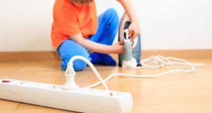É preciso manter as crianças longe de tomadas, fios e aparelhos elétricos (Foto: Divulgação).