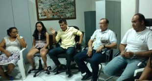 Prefeito Juninho Alves se reuniu com universitários para discutir transporte dos alunos (Foto: Assessoria Prefeitura de Caraúbas).