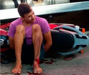 Na tentativa de fugir da abordagem policial, os dois jovens bateram em uma caminhonete e caíram (Foto: Blog Fim da Linha).