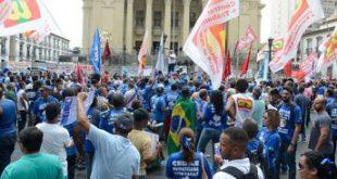 Manifestantes e PMs se enfrentam em frente à Alerj