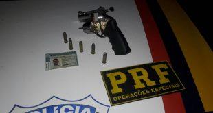 Com o homem, os policiais encontraram um revólver calibre 38 com cinco munições (Foto: Divulgação PRF).