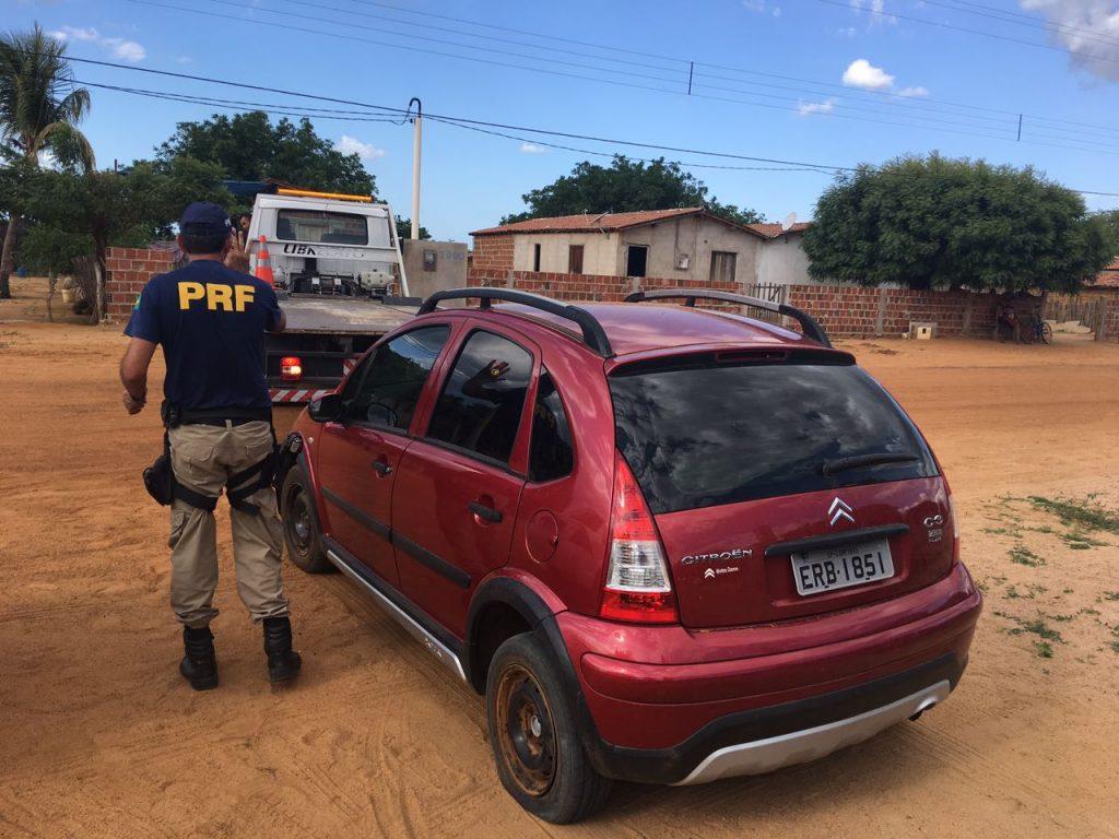 Carro havia sido roubado no ano de 2015, na cidade de Praia Grande/SP (Foto: Divulgação PRF).