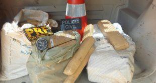 Na casa, foram encontrados 60 tabletes de maconha prensada, escondida em um quarto (Foto: Divulgação PRF).