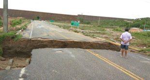Via de acesso a barragem de Apodi foi arrastada pela correnteza