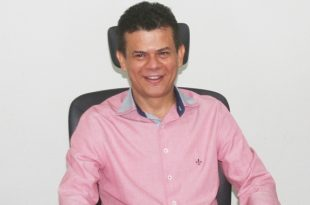 O prefeito Juninho Alves assina documento às 14h.