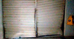 Diferentemente de ocorrências em outras cidades do Rio Grande do Norte, desta vez, a quadrilha não usou explosivos para entrar na agência. Os criminosos arrombaram a porta com marretas (Foto: Divulgação PM).