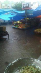 . Em Pau dos Ferros, a tradicional feira de frutas e verduras ficou submersa (Foto: Redes Sociais).