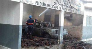 No momento do atentado, policiais de plantão estavam dentro prédio, mas ninguém foi ferido (Foto: Divulgação PM).