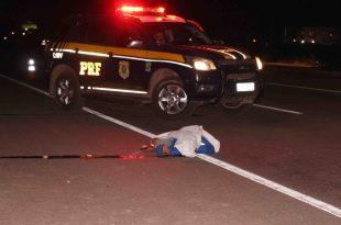 Homem foi colhido por caminhão quando atravessava a BR-304 - FOTO: O Câmera