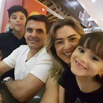 4 – Cleanto Bezerra, aniversariante do Sábado, aqui no clique com a esposa Alessandra e os filhos.