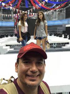 Alexander Campello (Palhaço Fuxiquinho) com as filhas com Êmylle Campello e Stephany Campello no palco do Domingo Show, na Record.