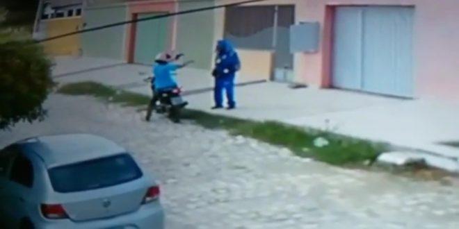 VIDEO – Câmera flagra assalto a funcionário da Cosern que coletava dados de consumo no Abolição III