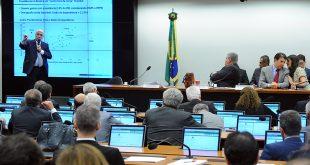 esta quinta-feira, a Comissão Especial da Reforma da Previdência fez a sua última audiência pública, antes da apresentação do relatório; o ministro da Fazenda, Henrique Meirelles (E), disse que a Previdência brasileira é mais generosa do que a da maioria dos países da Europa