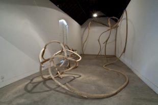 A mostra Varanda Circular, do artista Leonardo Tepedino, leva o público a percorrer caminhos abertos pela obra de arte, que se articula de forma física e simbólica com a escala singular da arquitetura do Museu de Arte Contemporânea de NiteróiDivulgação/Museu de Arte Contemporânea (MAC)