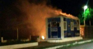 Unidade foi incendiada na madrugada desta quinta-feira - Foto: Blog Ismael Sousa