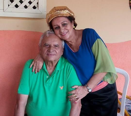 O aniversariante Chico Leite recebe o carinho da esposa Luzia Pinto.
