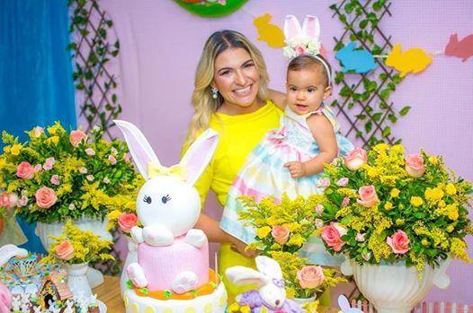 Todo especial o dia 03 de abril aniversario de 1 ano da minha afilhada Maria Ester recebendo todos os mimos da super mamãe Glaucia Carlos.