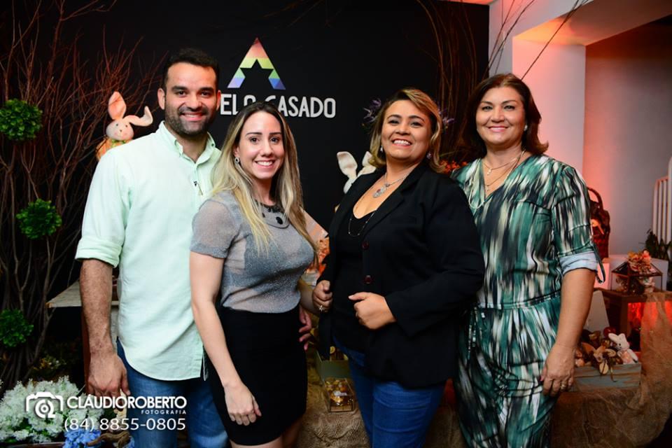 A toda doce Fabia Soares recebendo  a amiga Edilene Fernandes , e o casal Thiego Castelo  e Maria Luiza Queiroz na sua linda exposição de doces e chocolates.