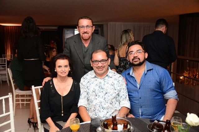 Direto da Exclusive Party by Master Eventos: Nilo Amâncio com Tica Soares, Vandilson Ramalho e Isak Maia. Um luxo!