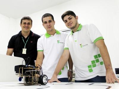 Professor Orientador, Bonfim Aquino; e os jovens pesquisadores, Hawllysson Gardel e Geraldo Filho, no Laboratório de Pesquisa e Desenvolvimento do Campus (P&D). Foto: Marcilio França.