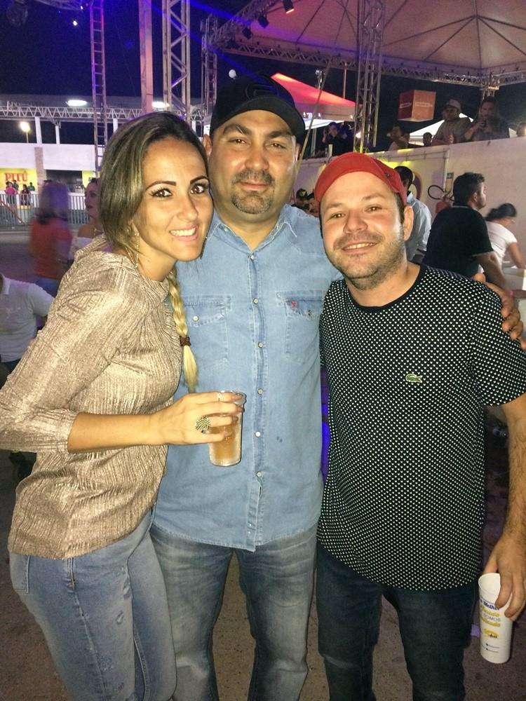 Carlos Pompeu acompanhou o show do irmão na companhia da esposa Carina Gurgel. Satisfação revê-los.