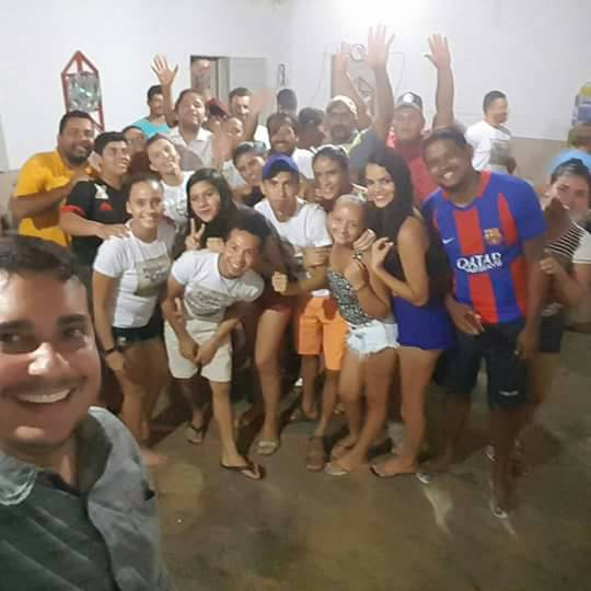 O prefeito de Apodi, Alan Silveira, Reunido com o elenco do espetáculo Paixão de Cristo da comunidade do Góis.
