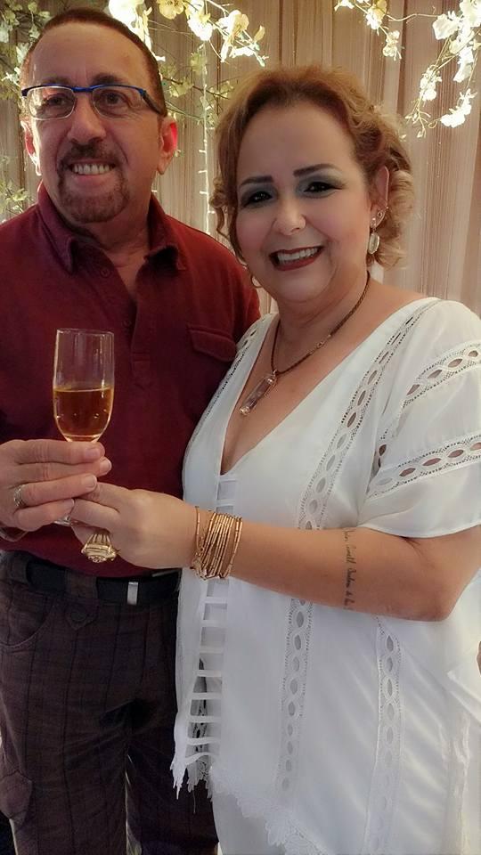 A amiga Marilene Paiva brindando o sucesso do seu chá com o amigo querido, Conde Nilo Amâncio.