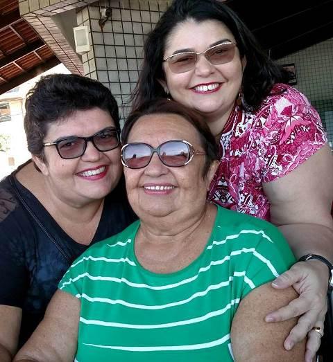Parabéns com votos de saúde e paz para Elcinha Gurgel Fernandes que aniversariou ontem e posou com as filhas Claudia e Virginia. Desde já desejamos saúde e paz!