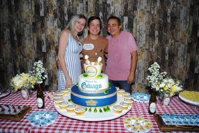 Quem amanhece de idade nova na próxima sexta-feira é Senise Barreto Soares Alves na foto ladeado pelo filho Givago e o marido Eugenio Alves. Da coluna antecipamos os votos de felicidades sempre!