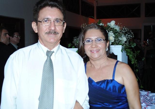 Quem celebra a festa da vida na sexta-feira é o empresário e maçom Elias Alves, na foto com sua esposa Vera Lucia. Para ele desejamos tudo de melhor sempre!