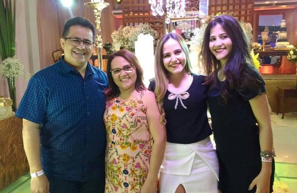 Aniversariante do dia a Cake Designer Veruska Jane ladeada pelo maridão Luciano Silva e das filhas Laura e Raquel. E nós desejamos tudo de bom!