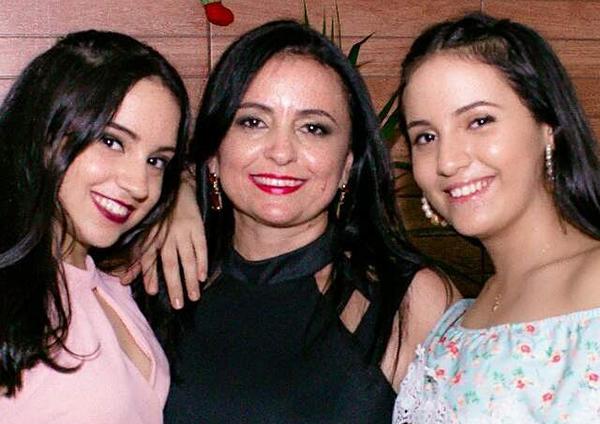 Querida a amiga Hubirema Tavares esta de idade nova e é claro que desejamos felicidades sempre, na foto ladeada pelas filhas lindas Ana Luiza e Maria Eduarda. Parabéns!