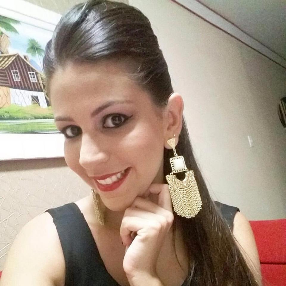 Domingo é dia de festejar a vida de Denise Fernanda Fernandes e é claro que brindamos a data. Tintim!