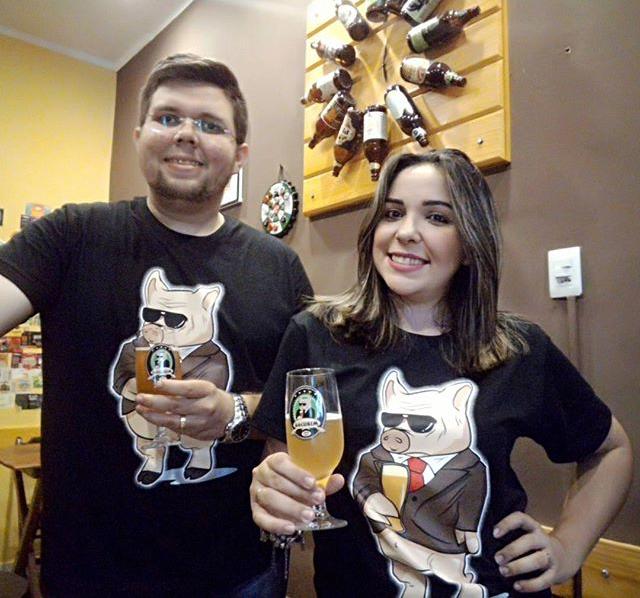 Um brinde para João Felipe, aniversariante do sábado, dia 20. Aqui no clique com a esposa Marina Vidal.  A data foi comemorada no Boteco Bombeer com direito a cerveja especiais e muito pagode.