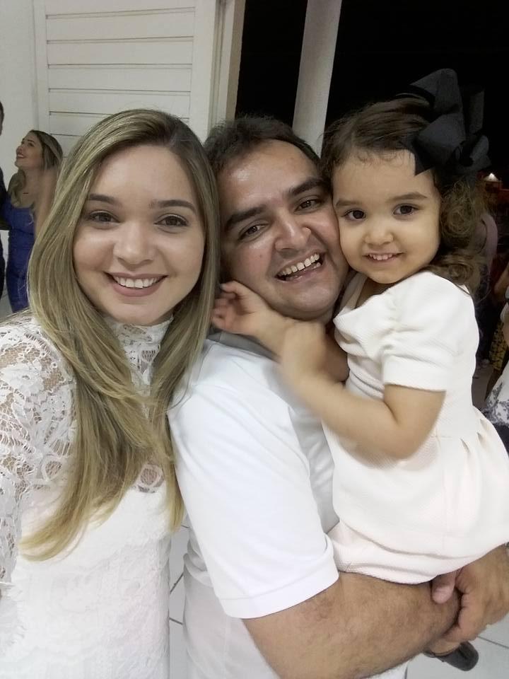 Aniversariante festejado do próximo sábado o advogado Vivenio Jacome, ladeado pela esposa Rutila Fernandes e da filha linda Manoela. Parabéns!