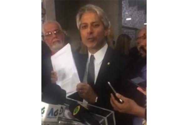 """O deputado Alessandro Molon (Rede-RJ) afirmou também que o """"o Governo acabou"""" e que o Congresso deverá suspender a votação das reformas."""