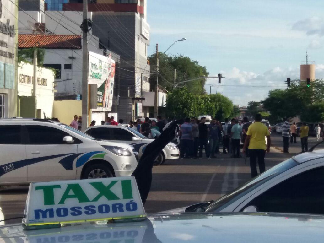 Taxistas bloquearam ruas no Centro de Mossoró em protesto contra morte de Leonardo Almeida