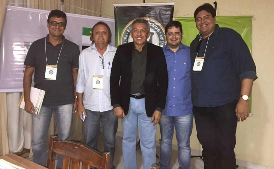 O presidente da Câmara Municipal de Pau dos Ferros, vereador Eraldo Alves, participando com assessores da Casa Legislativa do projeto Escola Itinerante.