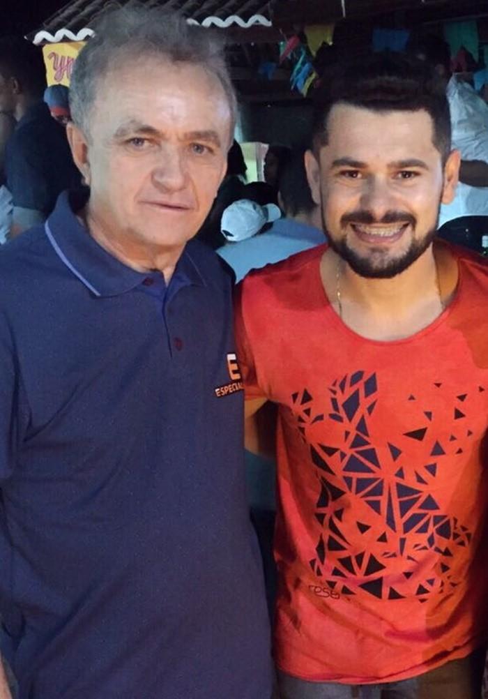 O prefeito de Portalegre, Neto da Emater, recebendo o cantor Davson Davis que animou o São João Alegre.