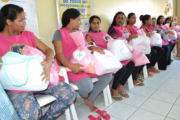 Enxoval contém itens como fraldas, roupinhas e toalha de banho, além conjunto de berço e kit de higiene para a mãe e o bebê (Foto: Divulgação LBV).