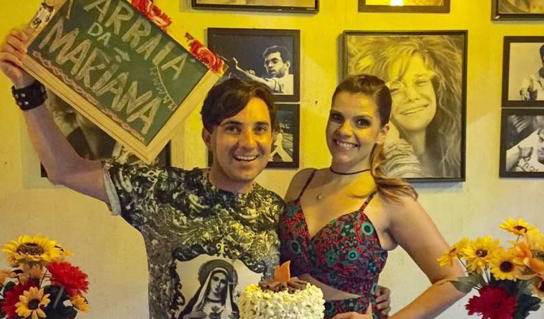 Georgiano Azevedo festejando a vida da amiga Mariana Lopes em um arraiá como manda o figurino preparado pela aniversariante.